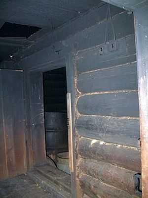 Так выглядит вход в парилку бани по-черному. Стены - раздевалки