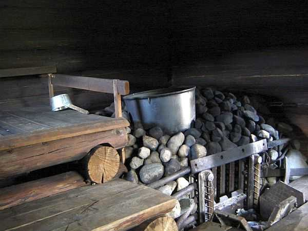 Один из вариантов каменки с чугуном. Чугун кладут для большей теплоемкости: дольше баня держит жар