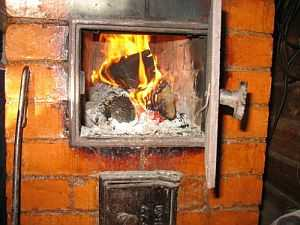 Наблюдать за горящими дровами в печи - удовольствие. Но времени на подготовку парной нужно много
