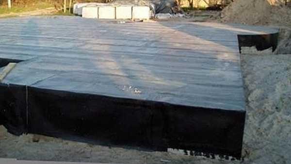 Пллитный фундамент весь укрывают гидроизоляцией