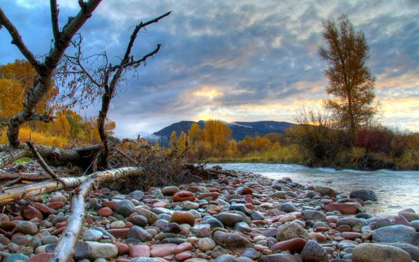 Камни для бани на берегу реки