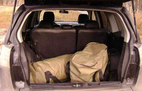 Бани-палатки с готовым каркасом и сборной печкой весят достаточно много, так что перевозить их удобнее в машине
