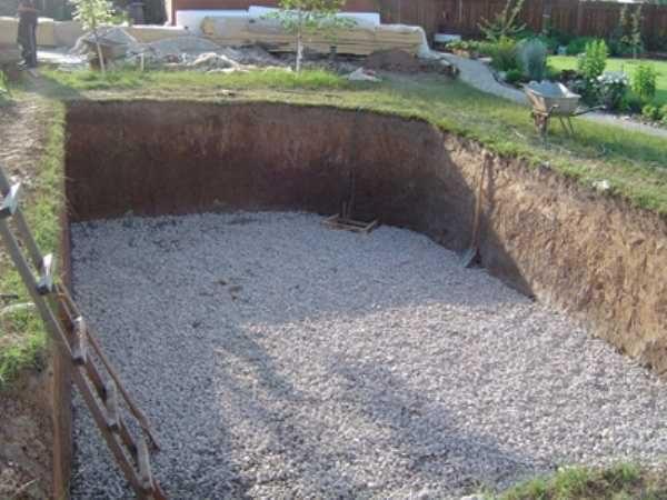 Первый этап установки полипропиленового бассейна своими руками - земляные работы: рытье котлована. Затем  насыпают  и трамбуют гравий и песок