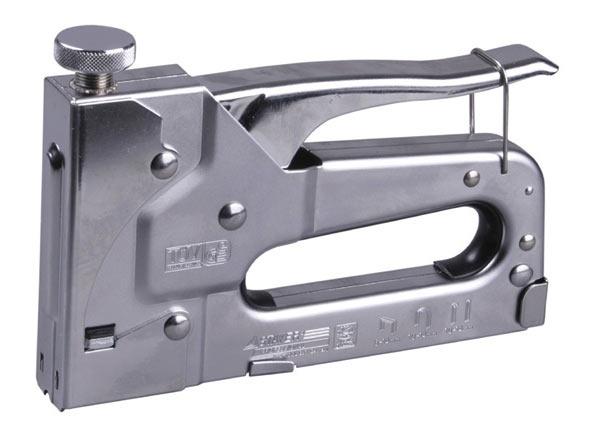 Строительный степлер подойдет для крепления пленки либо рубероида