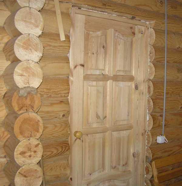 Деревянные филенчатые двери для бани