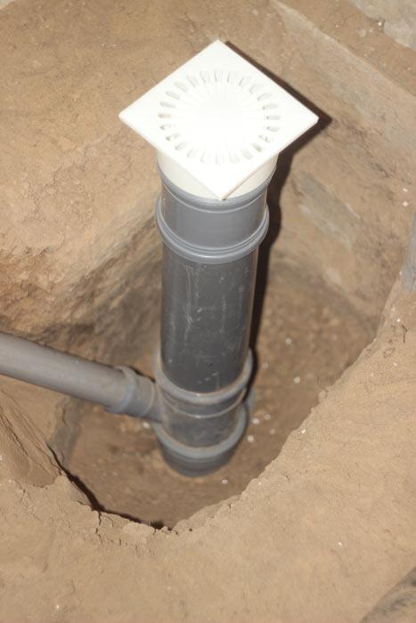 Водяной гидрозатвор CENTER AQUAPA вставлен в трубу диаметром 110 мм