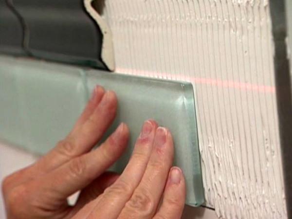 Склейка плитки на стенки по лазерному уровню