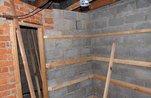 Как выглядит обрешетка на стенах из блоков