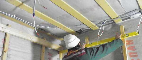 При монтаже обрешетки придется постоянно контролировать горизонтальность и вертикальность при помощи строительного уровня