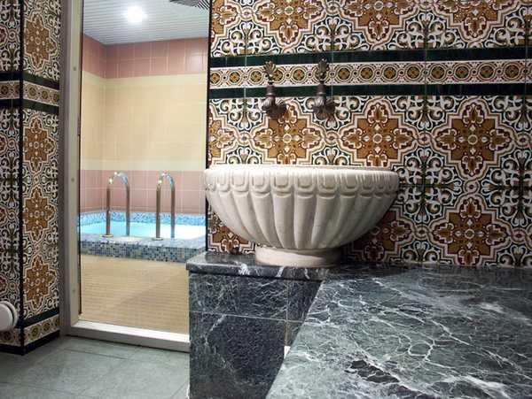 Плитка для турецкой бани выбирается по аналогичным критериям, но мозаика позволяет воссоздать национальный колорит