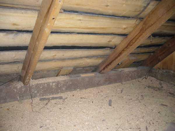 Утепление потолка бани опилками