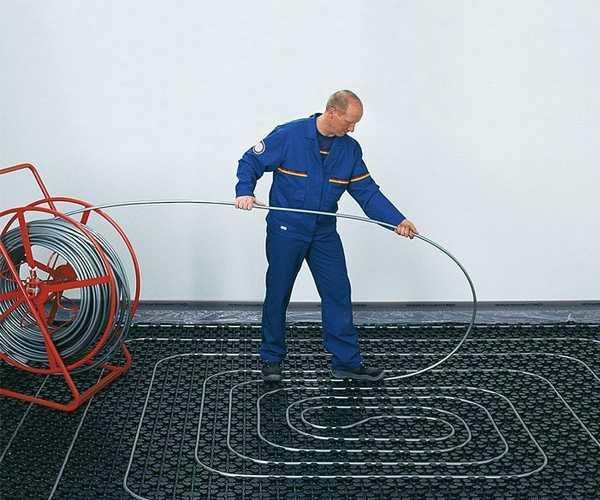 На специальное основание кабели и трубы укладывать проще