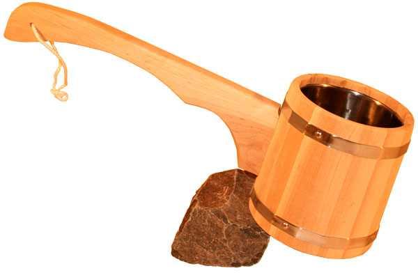 Вовнутрь древесного ковша для бани вставлен а емкость из металла