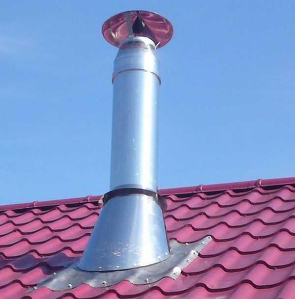 Самый удобный вариант вывода трубы через крышу - недалеко от конька