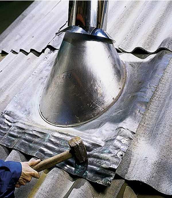 Используя молоток фланцу придают требуемую форму