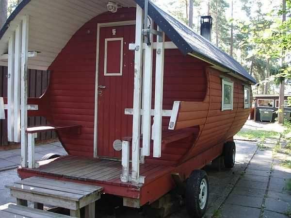 Еще один вариант бани на колесах: баня бочка в прицепе