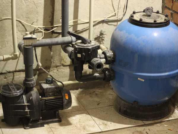 Система фильтрации воды в бассейне в собранном виде: справа - песчаный фильтр, слева - насос , между ними шестиходовой клапан, которым меняется направление движения воды