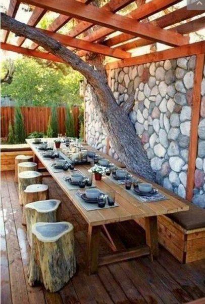 На открытой террасе возле бани можно сделать вот такие табуретки. Оригинально, как и решение со стволом дерева