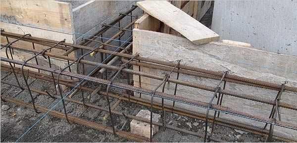 Иногда вертикальные и поперечные стойки в ленточном фундпменте делают гнутыми. Это еще повышает его прочность и надежность