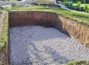 Подготовка основания - укладка дренажных труб, трубы под донный слив, потом выравнивание основание с уклоном в сторону слива. Сверху все засыпается щебнем и песком
