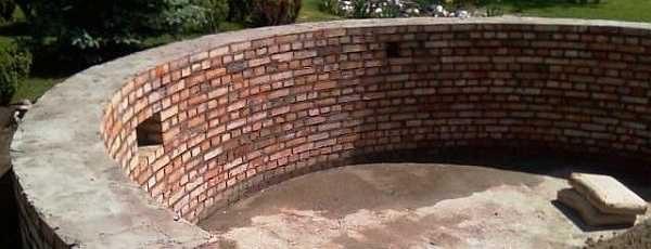 Для бассейна средних размеров стенку лучше делать как минимум, в полтора кирпича