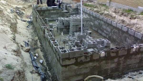 Строительство бассейна из бетонных блоков