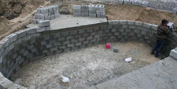 По той же технологии можно сделать бассейн из строительных блоков. Только их плотность должна быть высокой. Важны также водоотталкивающие характеристики