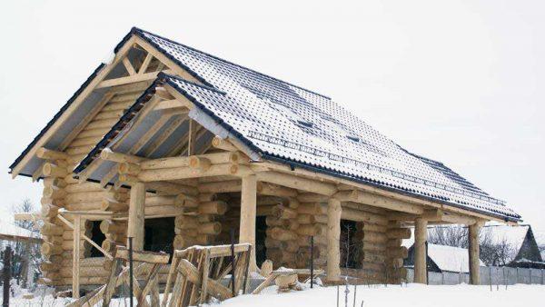 Даже на простую двухскатную крышу потребуется приличное количество денег на материал