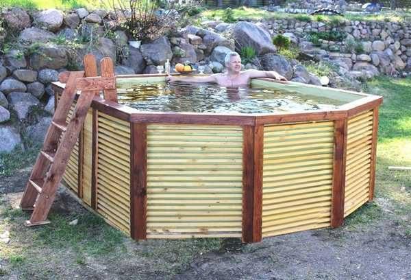 Немного изменив предложенный способ изготовления, получаем очень приличный бассейн из деревянных реек