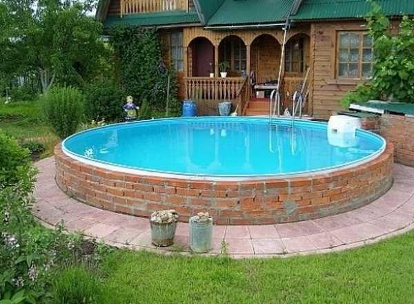 Пластиковый вкладыш, обложенный кирпичом - отличный вариант для бассейна воле бани и не только
