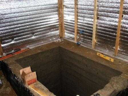 Это готовая бетонная чаша под купель, сделанная в углу моечной