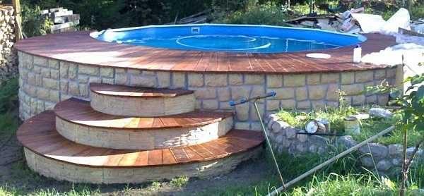 Лестницу для бассейна можно сделать из кирпича или бетона