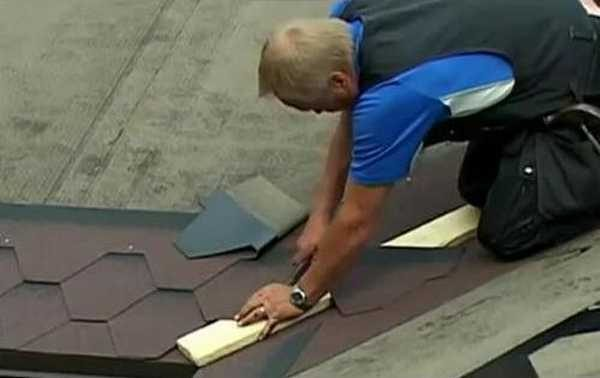 При резке мягкой плитки в ендове под нее подкладывают планку или кусок фанеры