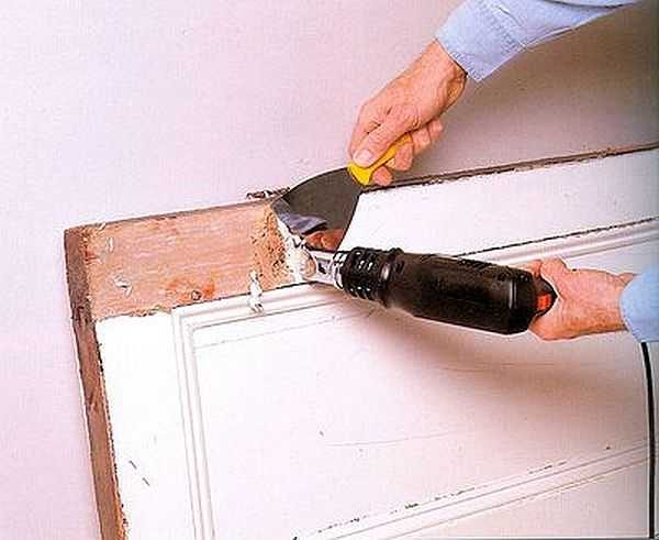 Реставрация древесной двери начинается с удаления старенькой краски либо лака