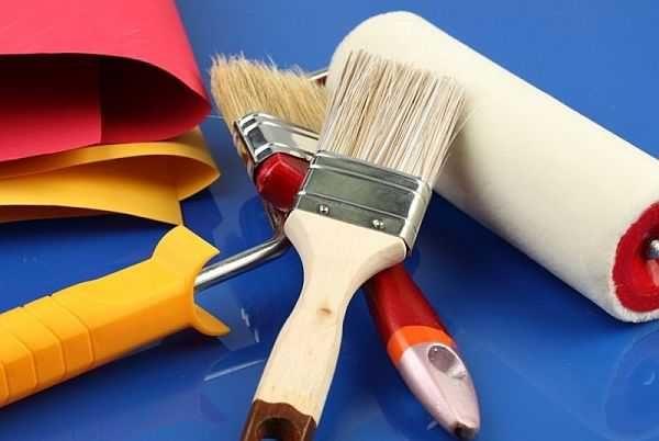 Для нанесения краски пригодятся кисти из натуральной щетины разной толщины и валик