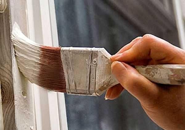 Для того чтобы двери были окрашены равномерно, придется наносить не менее трех слоев краски