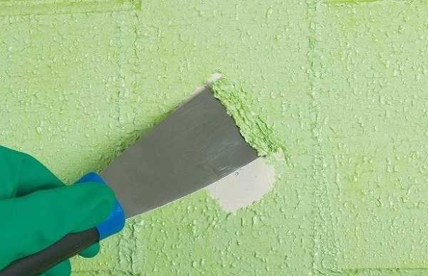 После обработки смывкой краску просто снимаем шпателем