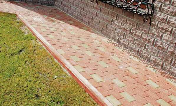 Омостка вокруг дома может делать также роль пешеходной дорожки