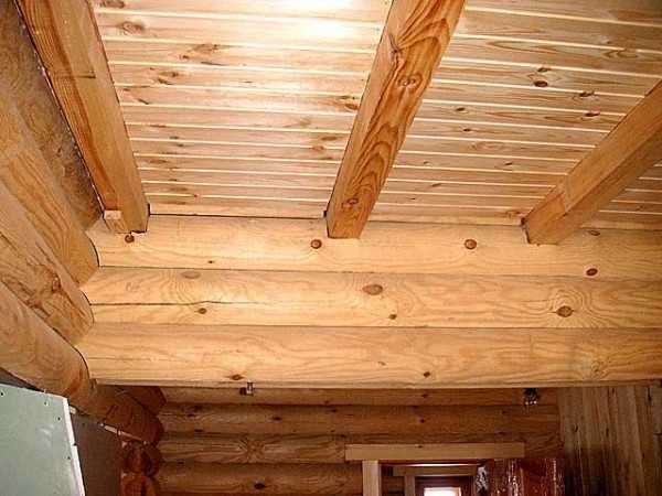 Вариант панельного потолка с декоративными балками