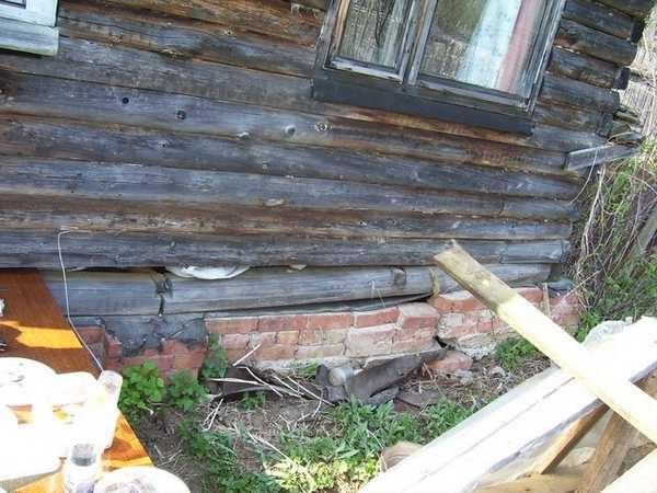 Проще всего работать с деревянными домами