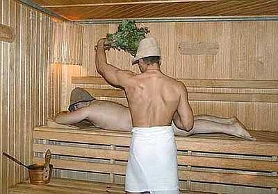 Пар банщик захватывает веником над головой