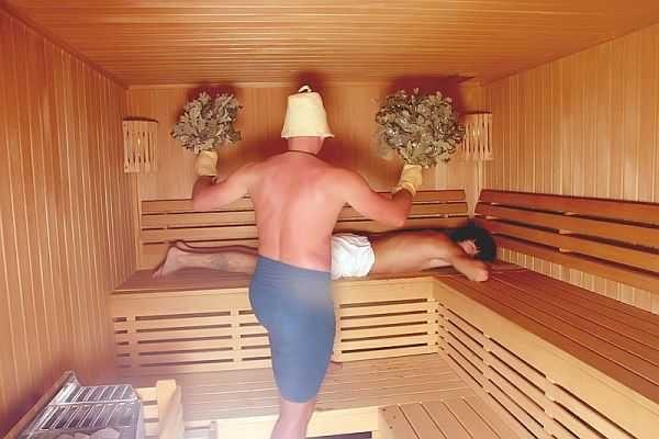 Высота потолка зависит от того уровня, на котором стоит банщик