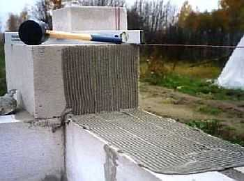 Наносят клей на спинку уложенного блока и на боковину стоящего рядом