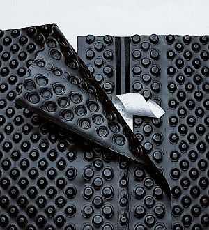 Это современный водоизоляционный материал - профилированная мембрана. Имеет высшую надежность, заодно за счет неровной поверхности компенсирует силы пучения
