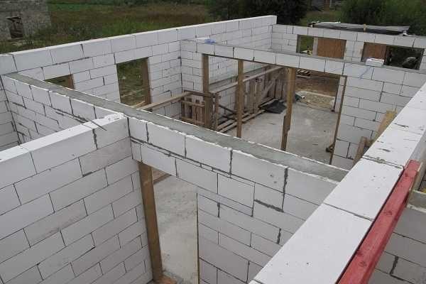 """Баня из газосиликата может строится """"в один руки"""", причем пройцесс идет быстро: блоки большие, но легкие"""