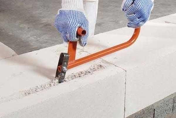 Это ручной штроборез - один из инструментов, для работы с пеноблоками