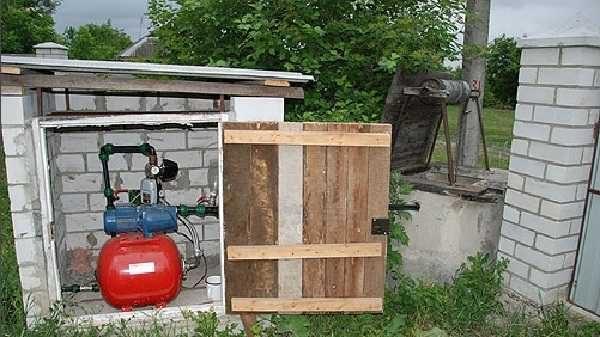 Если насос будет использоваться и зимой и летом, нужен ему домик, в котором он не будет замерзать