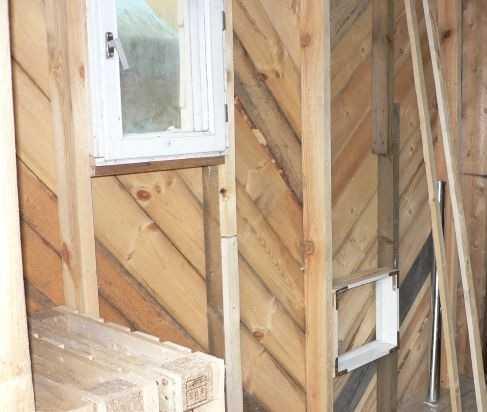 Баня строится каркасная, но окна в будущей парилке уже поставили - одно основное, второе - глухое для проветривания полок