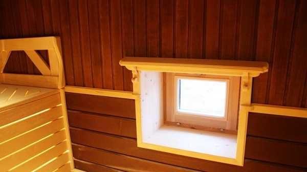 Верхний край окна в парилке находится на одном уровне с притолокой двери