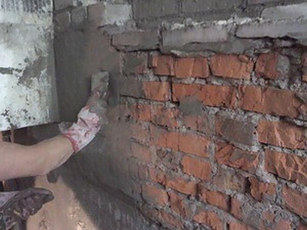 Кирпичные стены и стены из пенобетонов промазываются пропиткой после оштукатуривания